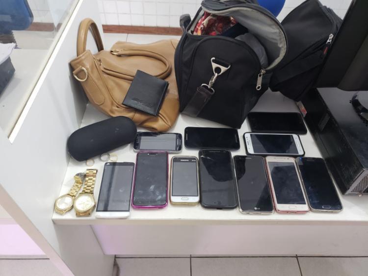 Homens estavam com celulares, relógios, carteiras e outros pertences das vítimas - Foto: Divulgação | Polícia Militar