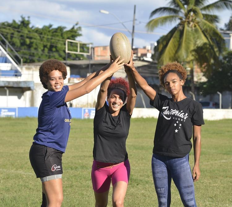 Isabela da Silva, fundadora do Quitérias, com as jogadoras Poliana Melo e Rafaela Silva