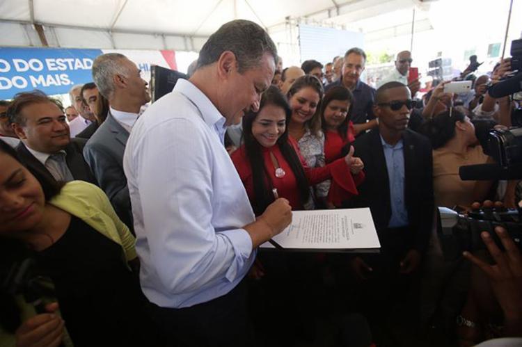 Assinatura da autorização ocorreu em solenidade nesta terça-feira, 3 - Foto: Raul Spinassé l Ag. A TARDE