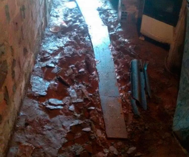 Água chegou a arrancar conta-piso da casa uma moradora