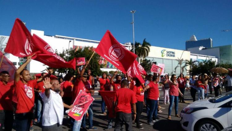 Trabalhadores protestaram contra prisão de Lula na última sexta, 6 - Foto: Felipe Santana   Ag. A TARDE