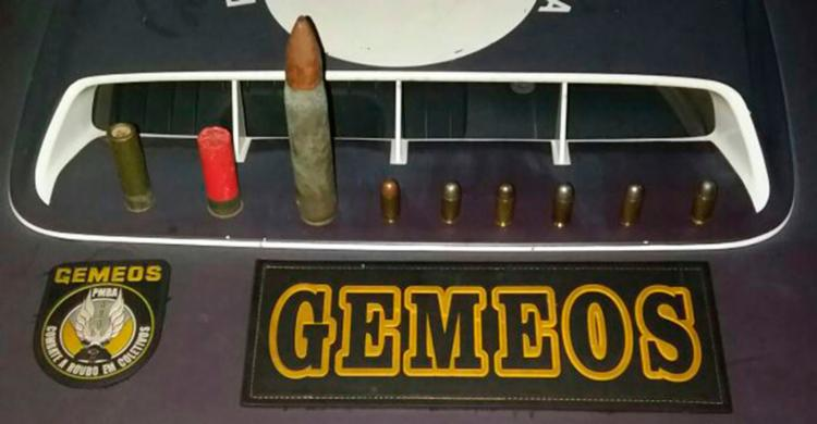 Dentro do mochila, havia munições calibres 12, 22, 44 e 50 (antiaéreo) - Foto: Divulgação   SSP-BA