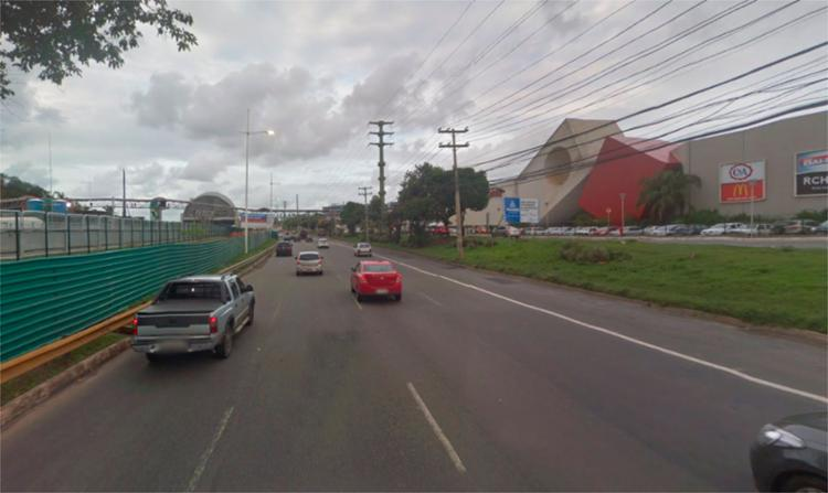 Moto colidiu em canteiro de obras nas imediações do Shopping Paralela - Foto: Reprodução | Google Maps