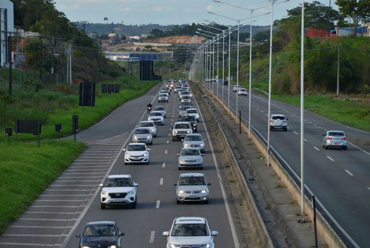 Trânsito é intenso na rodovia devido ao feriado prolongado - Foto: Shirley Stolze | Ag. A TARDE |