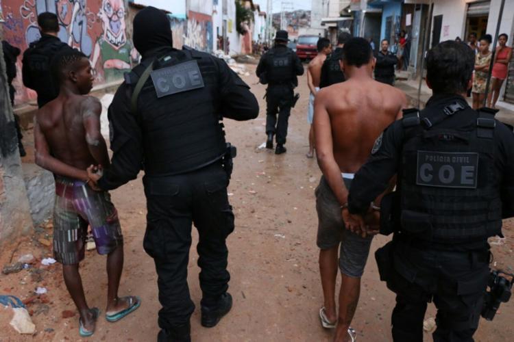 Homens foram presos no imóvel usado também como ponto de venda de drogas - Foto: Alberto Maraux   SSP-BA