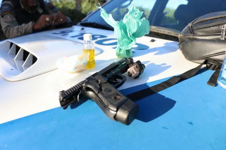 Uma arma e outros materiais foram apreendidos com o suspeito
