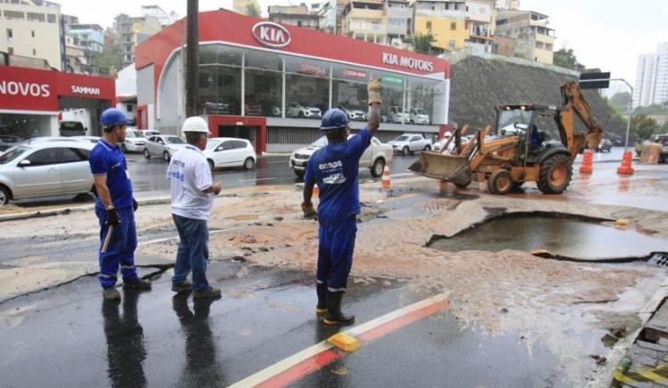 Técnicos fazem obra emergencial na região do Dique - Foto: Luciano da Matta | Ag. A TARDE
