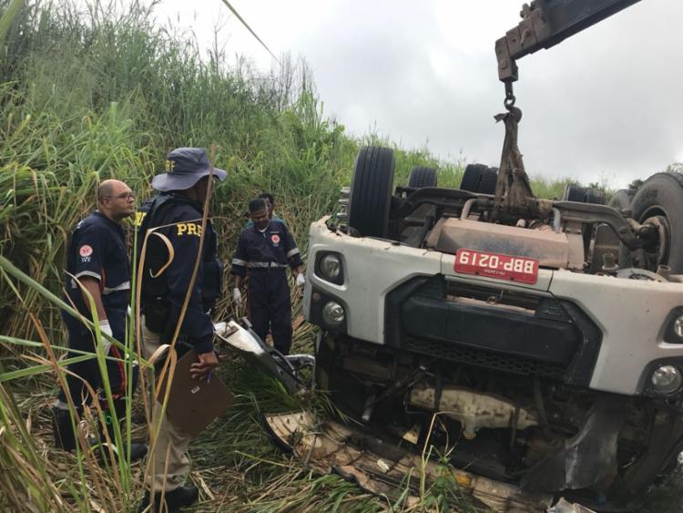 Samu e policiais tentam retirar as vítimas das ferragens - Foto: Reprodução | Radar 64