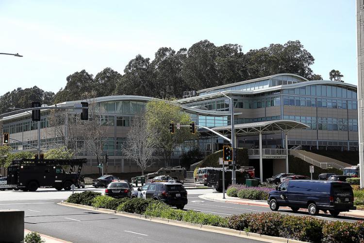 Polícia investiga ataque a tiros em escritório da empresa em San Bruno; segundo hospital, número de feridos pode aumentar - Foto: Justin Sullivan l AFP