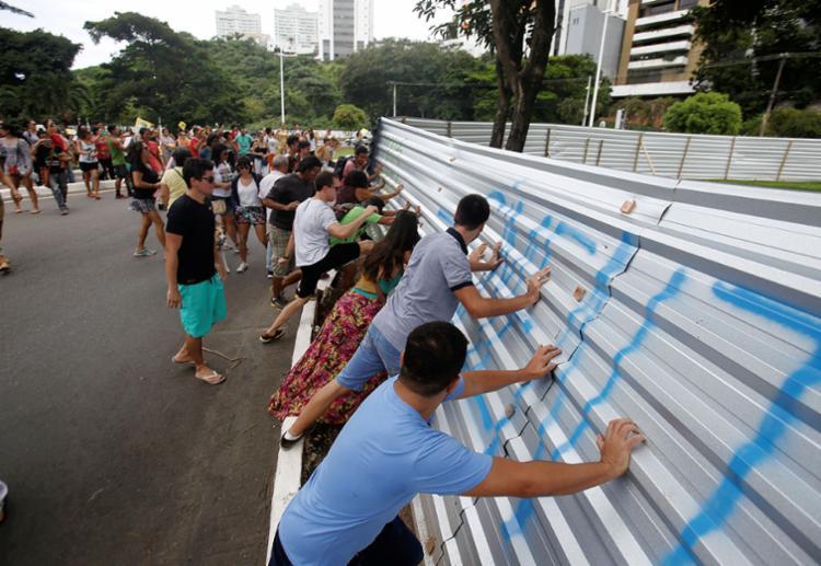 Manifestantes derrubaram o tapume de proteção da obra do BRT