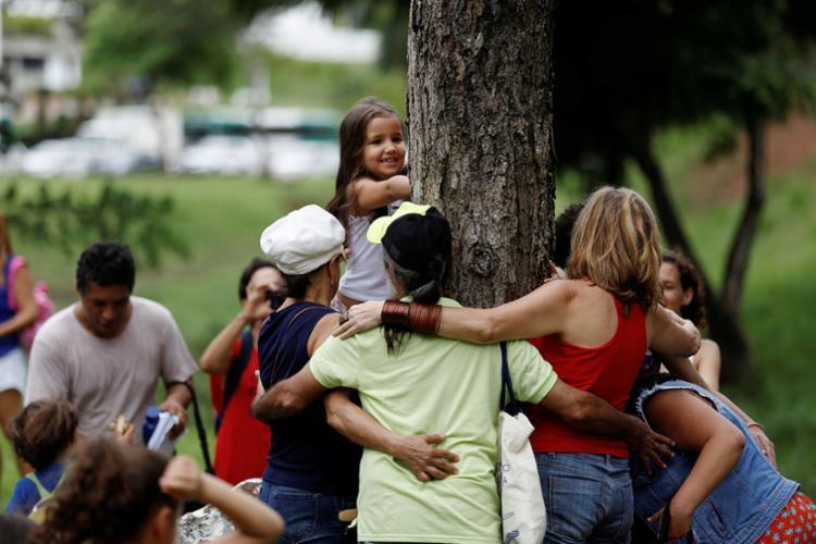 Alguns chegaram a abraçar árvores no local