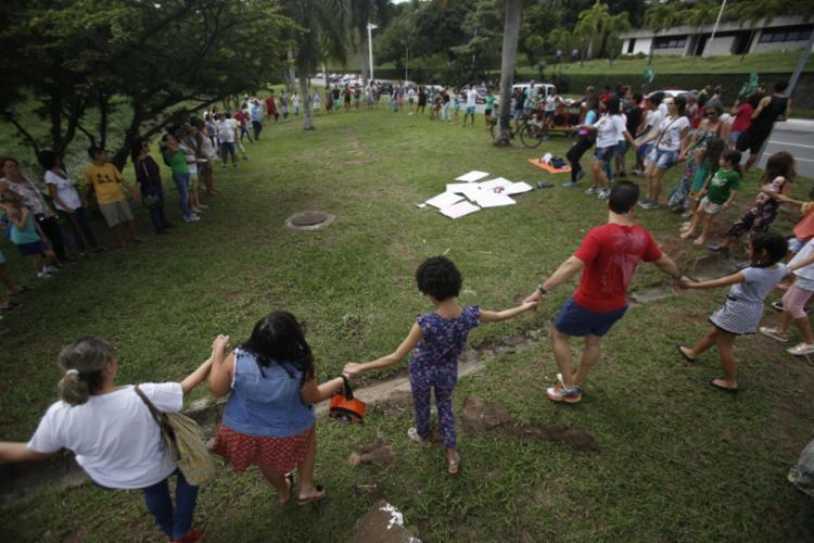 Grupo formou um circulo no gramado, nas imediações do Hospital Aliança