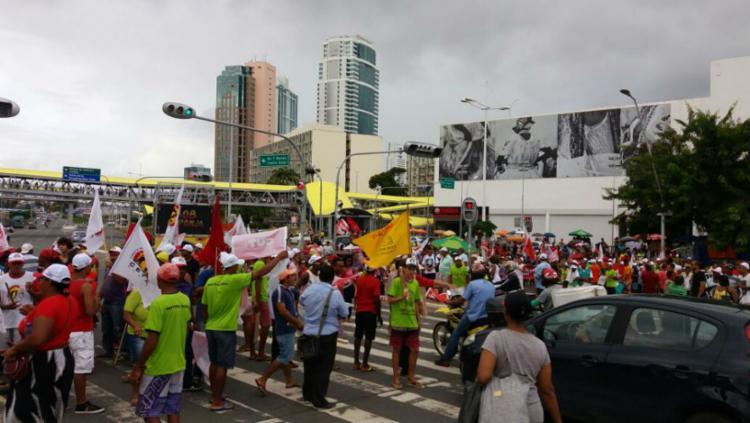 Grupo de manifestantes ocupam as duas vias da região - Foto: Felipe Santana | Ag. A TARDE