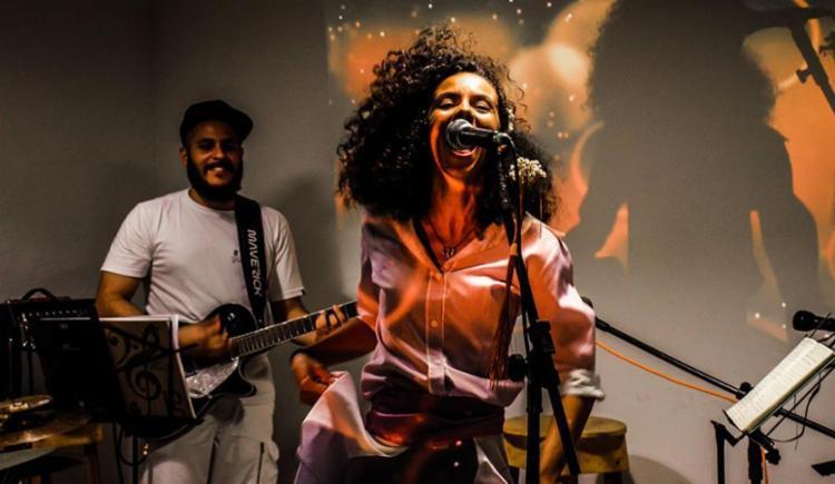 No show, cantora mistura ritmos que dialogam com a cultura local - Foto: Ana Antar | Divulgação