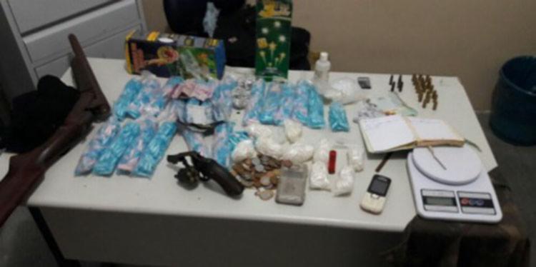 A polícia apreendeu no acampamento 2.082 porções de cocaína e armas - Foto: Divulgação | SSP