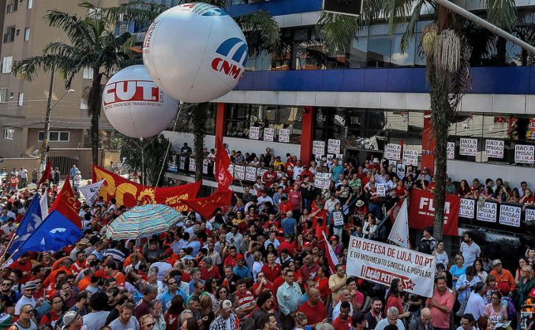 Manifestação em apoio a Lula no Sindicato dos Metalúrgicos do ABC - Foto: Miguel Schincariol l AFP