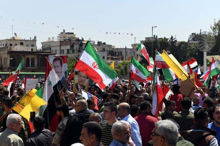 Sírios se reúnem neste sábado, na praça Saadallah al-Jabiri, para condenar ataques - Foto: George Ourfalian | AFP
