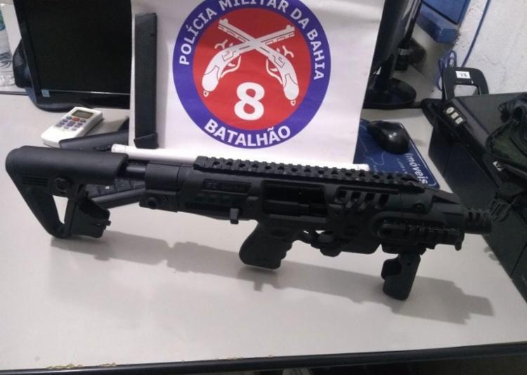 Pistola com adaptador para transformá-la em submetralhadora foi apreendida - Foto: Divulgação   PM
