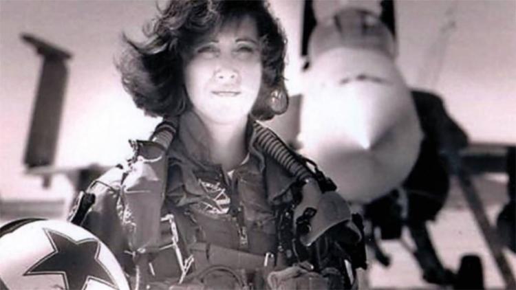 Tammie Jo Shults foi primeira mulher a pilotar caça na Marinha dos EUA