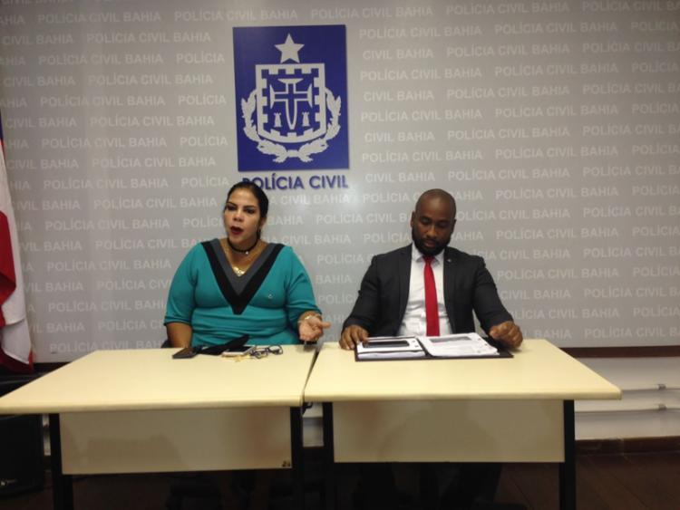 Titular da 24ª DT, Ricardo Amorim, e Fernanda Porfírio durante coletiva   Foto: Aina Soledad   Ag. A TARDE