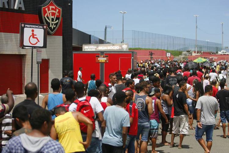 Torcedores rubro-negros esgotaram os primeiros 3.294 ingressos em três horas de venda no Barradão - Foto: Luciano da Matta l Ag. A TARDE