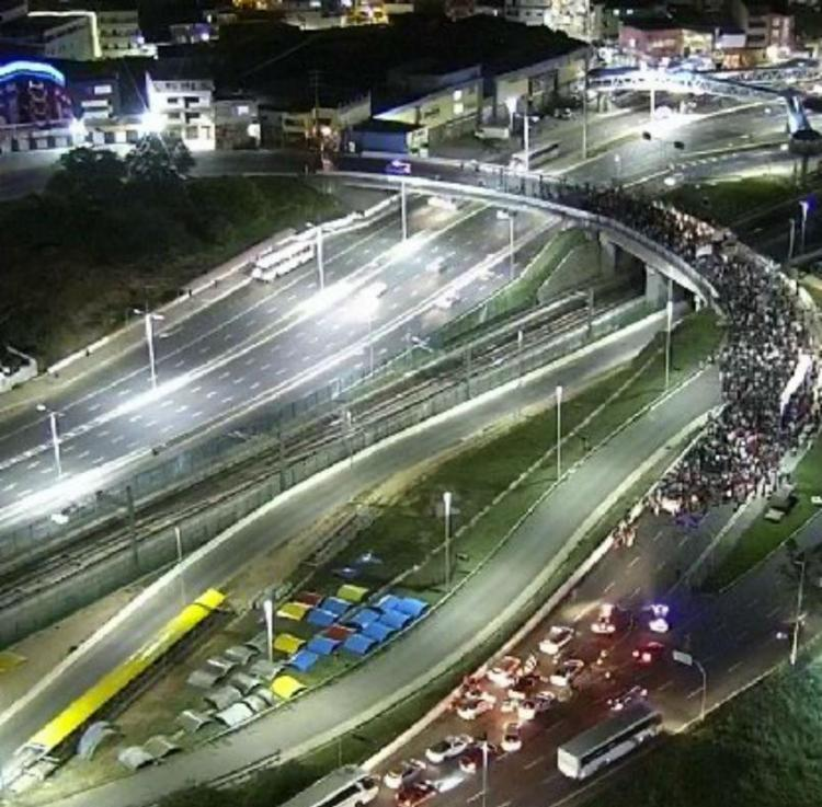 Manifestantes bloquearam via do Terminal Rodoviário de Salvador - Foto: Reprodução | Transalvador