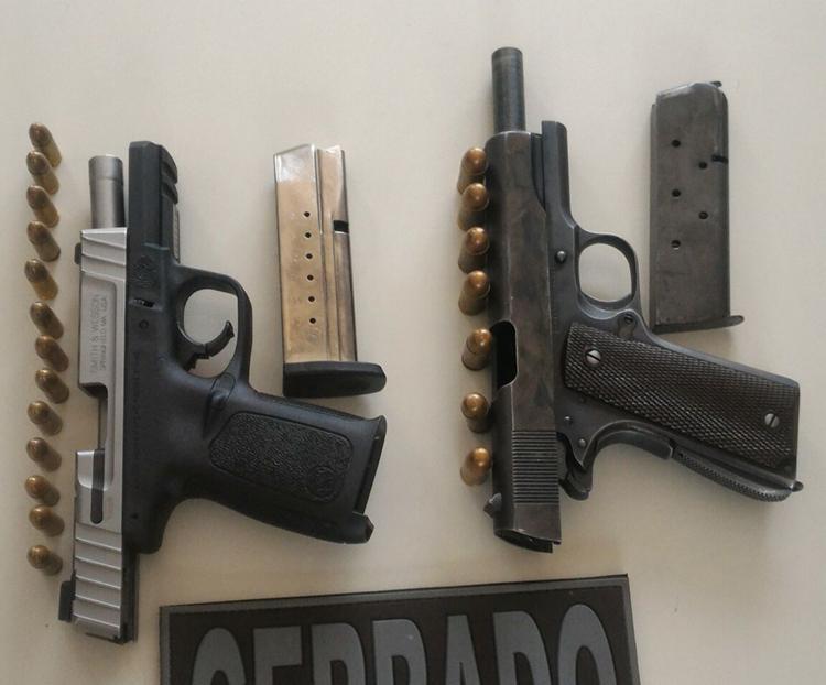Foi apreendido uma pistola calibre 45, uma pistola calibre 9mm, 13 cartuchos para 9mm, sete cartuchos