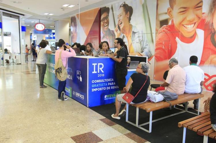 Estudantes da Unifacs fazem atendimento ao público no Shopping Piedade, Centro - Foto: Luciano Carcará l Ag. A TARDE