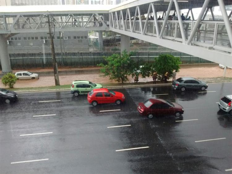 Agentes de trânsito orientam que os motoristas evitem a região (Foto: Cidadão Repórter | Via WhatsApp)