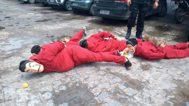 Grupo foi detido por policiais ao invadir um estacionamento - Foto: Reprodução | Twitter