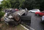 Carro bate em poste e capota na avenida Luís Eduardo Magalhães | Foto: Raul Spinassé | Ag. A TARDE