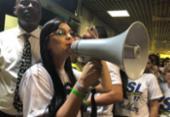 Apoiadores esperam por Bolsonaro no aeroporto de Salvador | Foto: Margarida Neide | Ag. A TARDE