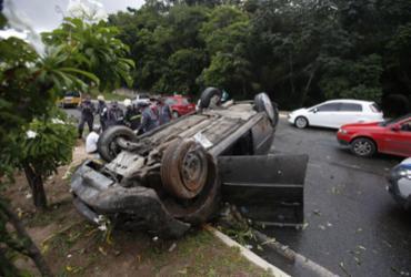 Carro bate em poste e capota na avenida Luís Eduardo Magalhães | Raul Spinassé | Ag. A TARDE