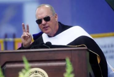 'Eu sou o Batman', diz Michael Keaton durante discurso em universidade |