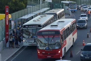 Ponto de ônibus em viaduto deixa trânsito lento e desagrada usuários | Shirley Stolze | Ag. A TARDE