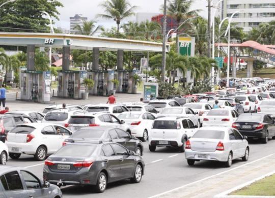 Motoristas enfrentam filas quilométricas para abastecer em postos de Salvador | Luciano da Matta | Ag. A TARDE