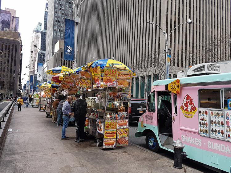 Nas ruas nova-iorquinas é possível escolher entre fast-food e restaurantes chiques