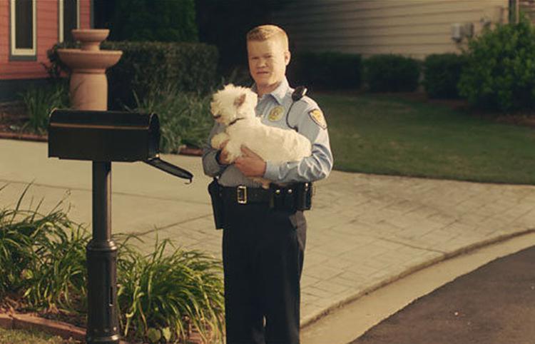 Jesse Plemons se destaca no papel de um policial solitário de comportamento passivo-agressivo - Foto: Divulgação