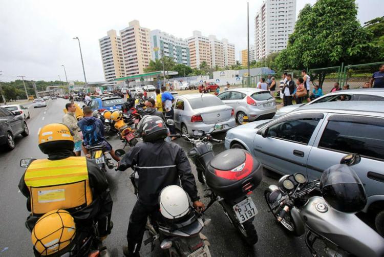 Abastecimento de carros oficiais chamou atenção dos outros motoristas, que reivindicaram na frente do posto - Foto: Margarida Neide   Ag. A TARDE
