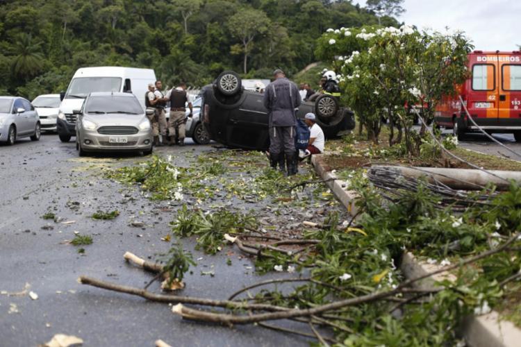 Por conta do acidente, o trânsito está congestionado na região | Foto: Raul Spinassé | Ag. A TARDE