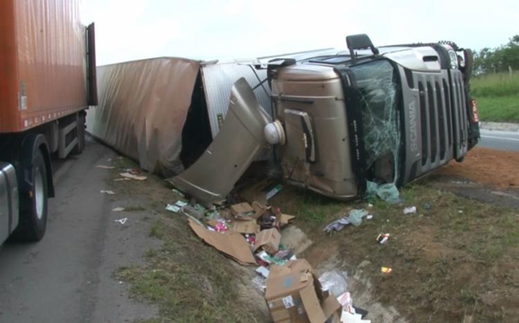 O acidente ocorreu no km 456, nesta segunda-feira, 14, no trecho de Santo Estêvão - Foto: Reprodução   TV Subaé