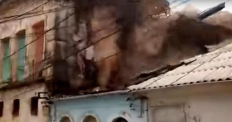 Telhado de casa vizinha foi totalmente destruído por escombros de casarão - Foto: Reprodução | Youtube
