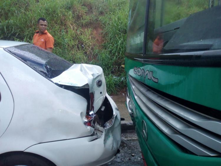 Ônibus colidiu na traseira de carro estacionado - Foto: Alessandra Lori | Ag. A TARDE