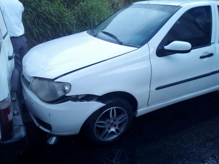Veículo foi empurrado e acabou se chocando com outro que também estava estacionado - Foto: Alessandra Lori | Ag. A TARDE