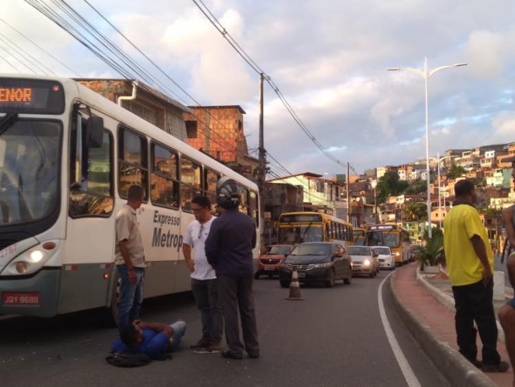 Motociclista sofreu ferimentos leves e aguarda chegada do Samu - Foto: Gabriel Andrade | Ag. A TARDE