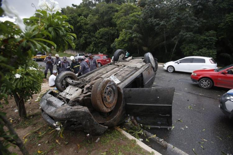Veículo está na via, sentido BR-324, atrapalhando o tráfego - Foto: Raul Spinassé   Ag. A TARDE