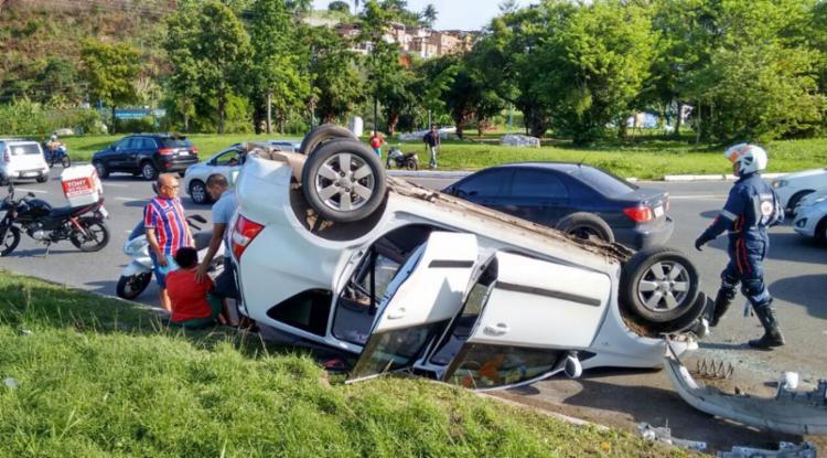 Veículo capotou após subir meio-fio na ACM - Foto: Felipe Santana | Ag. A TARDE
