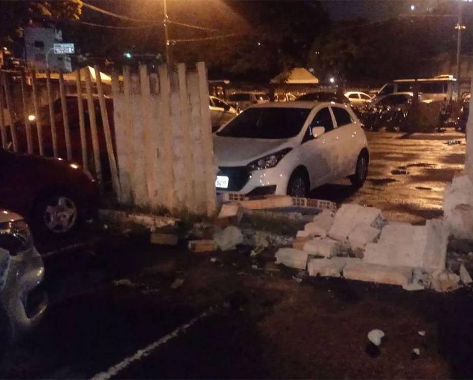 Viatura derrubou muro do estacionamento da Transalvador