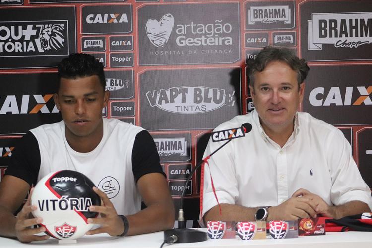 Aderllan (E) é o segundo zagueiro contratado para defender o Rubro-Negro na temporada 2018 - Foto: Maurícia da Matta l EC Vitória l Divulgação