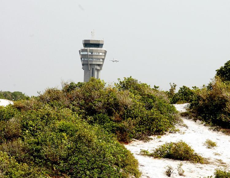 Torre do aeroporto e as dunas do parque - Foto: Xando Pereira l Ag. A TARDE l 5.6.2017